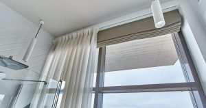 римская штора в проем окна