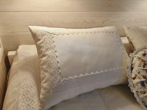 подушки с кружевом